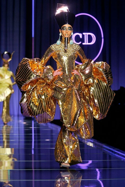 Fashion, Costume design, Stage, Fashion design, heater, Sculpture, Balance, Talent show, Theatrical property,