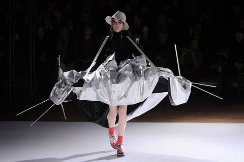 Performing arts, Hat, Costume design, Fashion, Dancer, Sun hat, Costume, Artist, Performance art, Costume accessory,