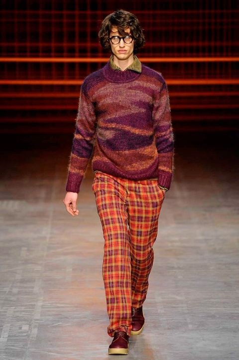 Sleeve, Textile, Red, Pattern, Plaid, Style, Fashion show, Fashion, Street fashion, Knee,