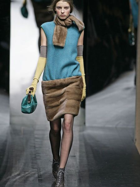 Brown, Shoulder, Human leg, Joint, Style, Bag, Fashion model, Street fashion, Knee, High heels,