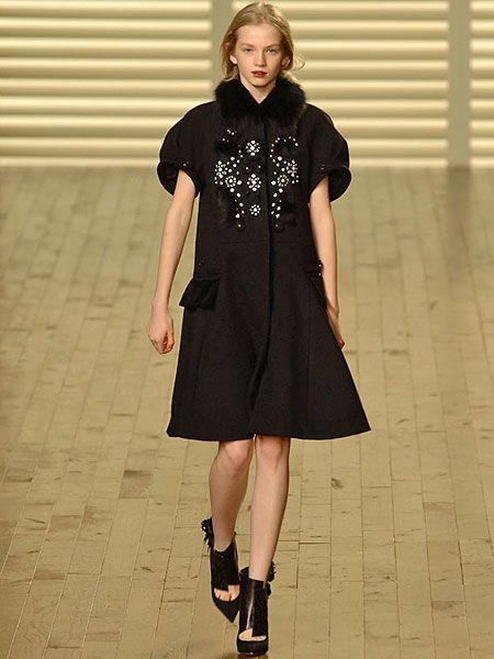 Clothing, Leg, Sleeve, Human leg, Shoulder, Joint, Style, Dress, Knee, Street fashion,
