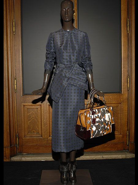 Brown, Shoulder, Joint, Bag, Style, Fashion accessory, Sculpture, Fashion, Shoulder bag, Door,
