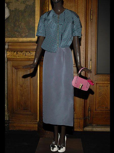 Sleeve, Textile, Bag, Pattern, Maroon, Beige, Luggage and bags, Door, Shoulder bag, Vintage clothing,