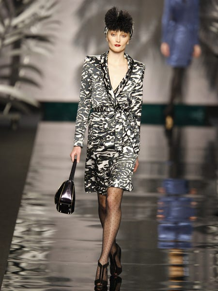 Clothing, Sleeve, Shoulder, Joint, Dress, Bag, Style, Street fashion, Fashion show, Formal wear,