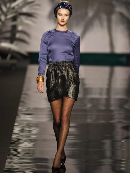 Human, Sleeve, Human body, Fashion show, Joint, Human leg, Style, Fashion model, Runway, Waist,