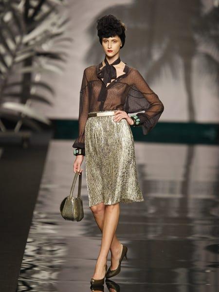 Clothing, Brown, Shoulder, Joint, Human leg, Style, Waist, Bag, Street fashion, Fashion accessory,