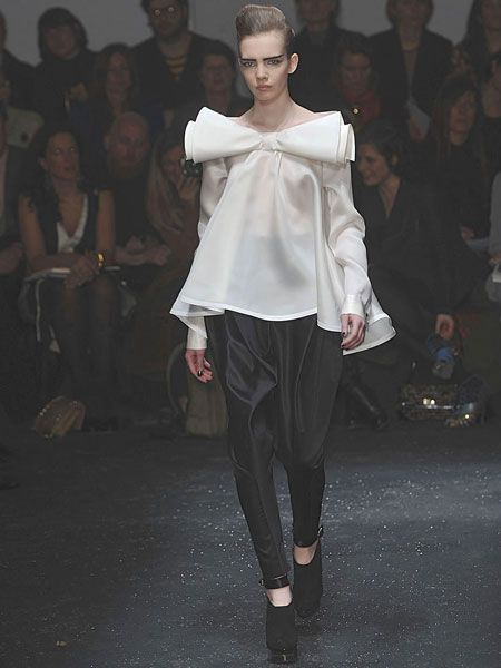 Fashion show, Human body, Trousers, Shoulder, Joint, Outerwear, Runway, Style, Fashion model, Fashion,