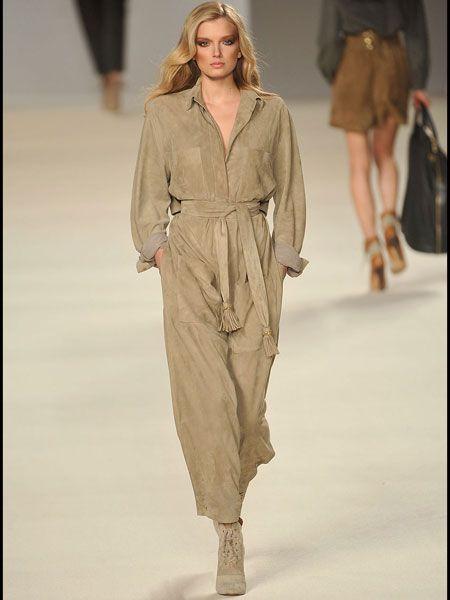 Fashion show, Sleeve, Shoulder, Runway, Joint, Outerwear, Fashion model, Style, Khaki, Waist,