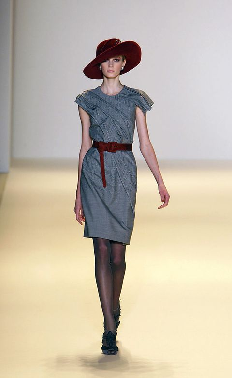 Leg, Sleeve, Shoulder, Hat, Human leg, Joint, Waist, Style, Fashion show, Knee,