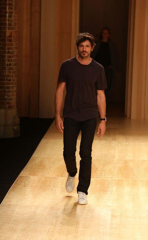 Sleeve, Floor, Shoulder, Flooring, Standing, Human leg, Elbow, Knee, Waist, Street fashion,