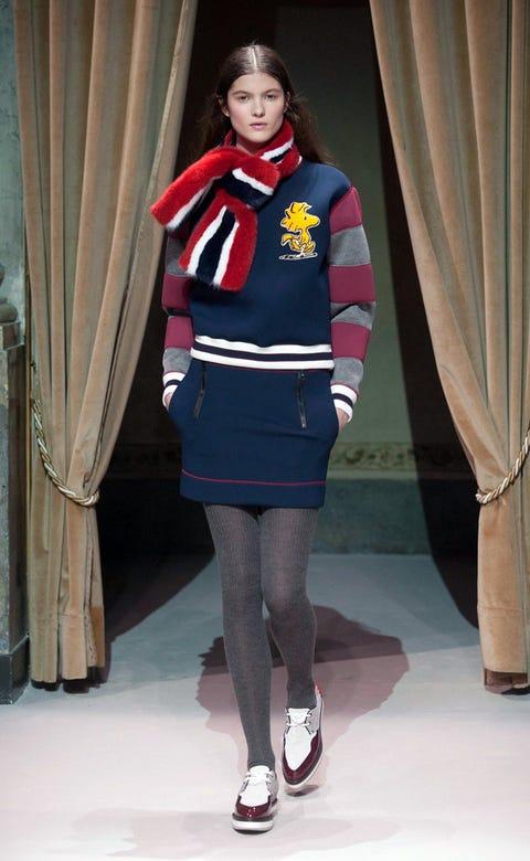 Sleeve, Textile, Human leg, Standing, Style, Curtain, Knee, Fashion, Thigh, Maroon,