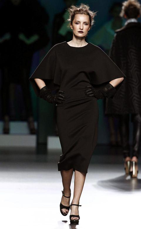 Fashion show, Shoulder, Human leg, Joint, Style, Runway, Fashion model, Waist, Dress, Sandal,