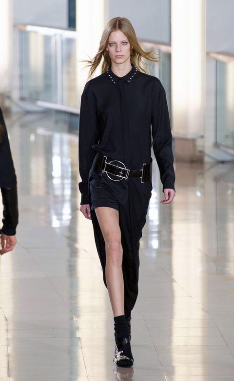 Fashion show, Sleeve, Shoulder, Runway, Joint, Outerwear, Human leg, Waist, Style, Fashion model,