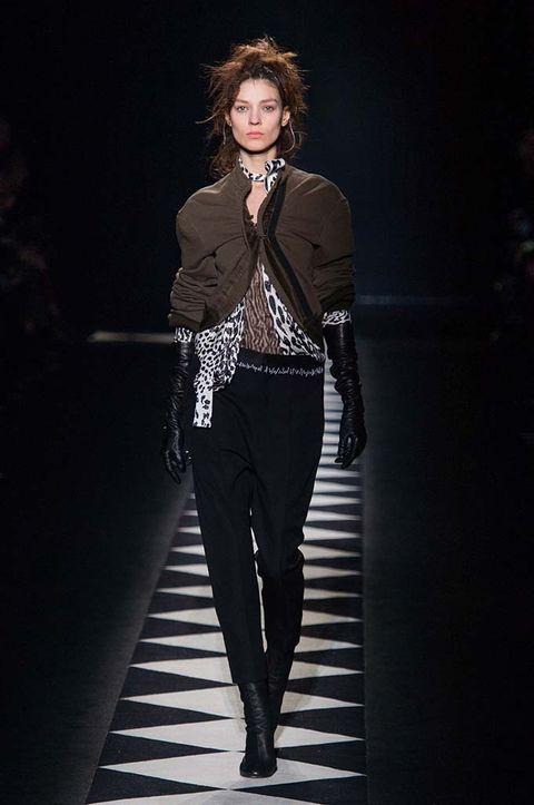 Sleeve, Human body, Collar, Standing, Outerwear, Style, Blazer, Knee, Fashion model, Street fashion,
