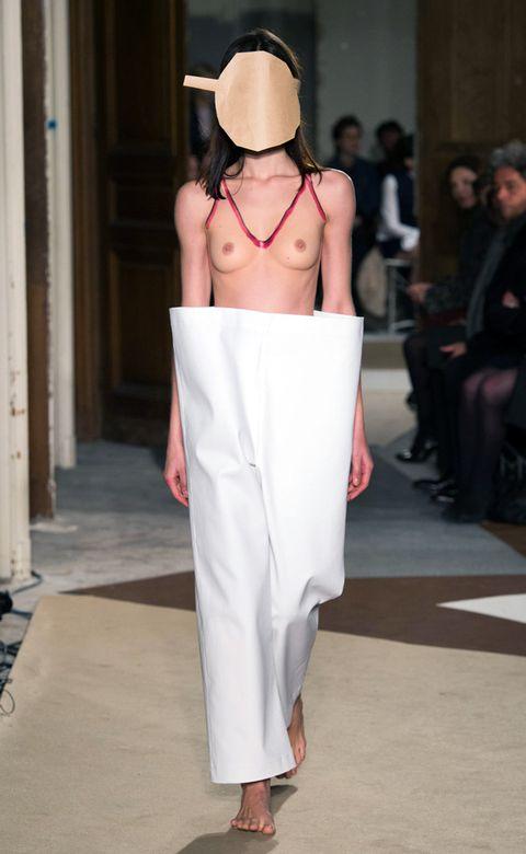Shoulder, Joint, Waist, Back, Fashion, Street fashion, Trunk, Foot, Abdomen, Undergarment,