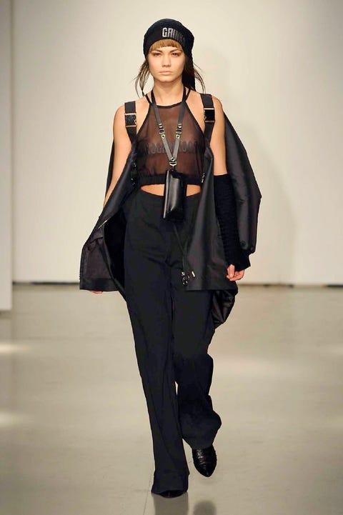 Shoulder, Fashion show, Joint, Jewellery, Style, Runway, Bag, Fashion model, Waist, Fashion,