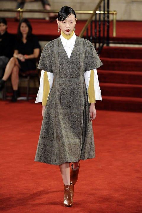 Leg, Human, Human body, Flooring, Carpet, Dress, Fashion, Fur, Fashion model, Red carpet,