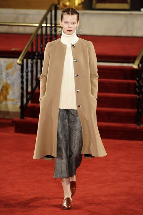 Flooring, Outerwear, Carpet, Fur, Red carpet, Fashion design, Costume design, Fashion model, Runway, Haute couture,