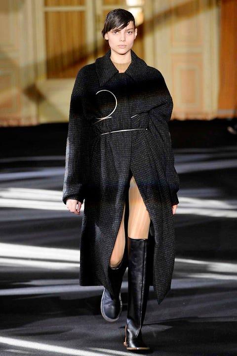 Textile, Outerwear, Fashion show, Style, Street fashion, Runway, Fashion model, Fashion, Knee, Fur,
