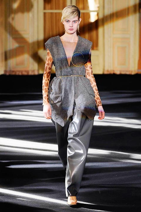 Fashion show, Style, Street fashion, Fashion model, Fashion, Runway, Model, Fur, Fashion design, Waist,