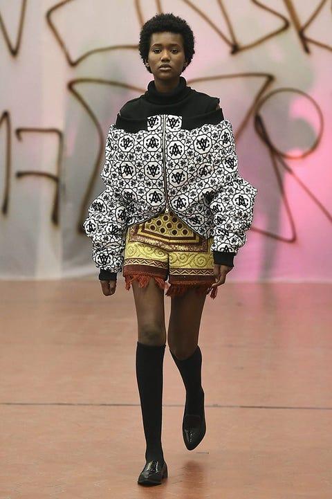 Human body, Fashion show, Human leg, Style, Runway, Fashion model, Fashion, Street fashion, Knee, Thigh,
