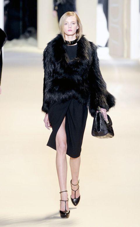 Shoulder, Textile, Fashion show, Outerwear, Winter, Style, Fashion model, Street fashion, Runway, Fashion,