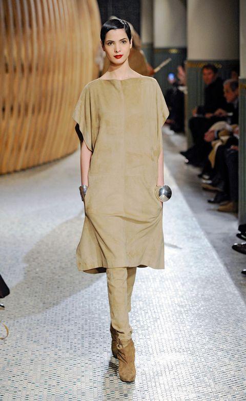 Footwear, Shoulder, Outerwear, Fashion show, Style, Fashion model, Runway, Khaki, Fashion, Street fashion,