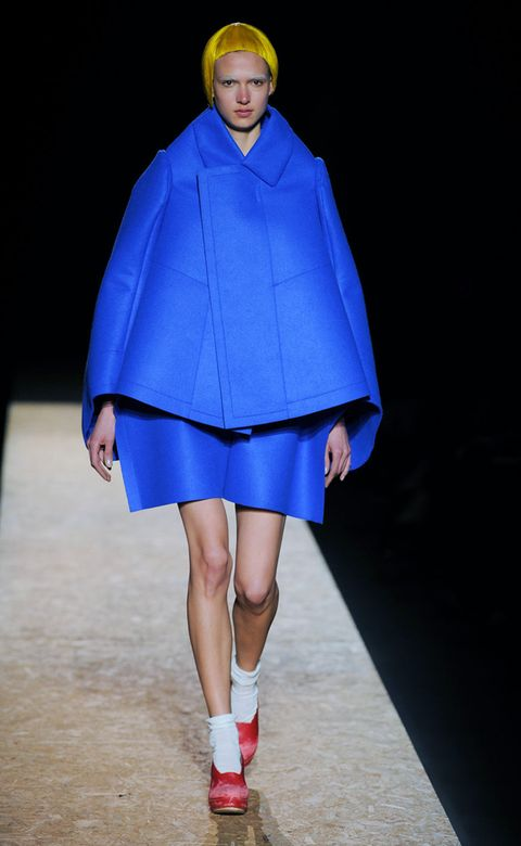 Blue, Sleeve, Joint, Outerwear, Collar, Electric blue, Fashion show, Fashion, Knee, Cobalt blue,