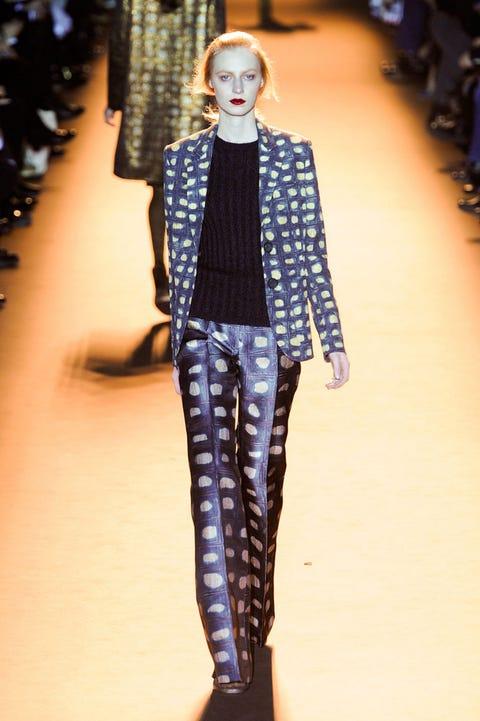 Fashion show, Outerwear, Runway, Style, Fashion model, Fashion, Street fashion, Electric blue, Fashion design, Waist,