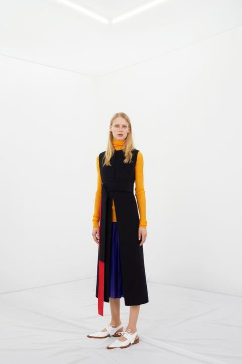 Sleeve, Shoulder, Standing, One-piece garment, Style, Dress, Street fashion, Day dress, Knee, High heels,