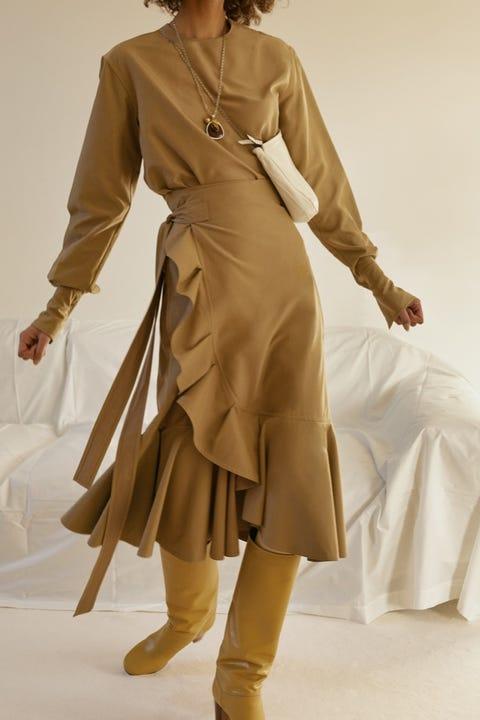 Clothing, Sleeve, Shoulder, Textile, Joint, Dress, Fashion model, Formal wear, Style, Costume design,
