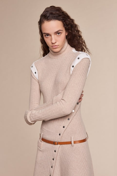 Sleeve, Collar, Human body, Shoulder, Textile, Joint, Standing, Style, Waist, Pocket,