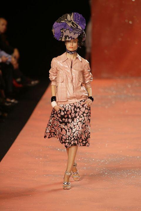 Shoulder, Joint, Style, Fashion show, Street fashion, Fashion, Waist, Fashion model, Runway, Knee,