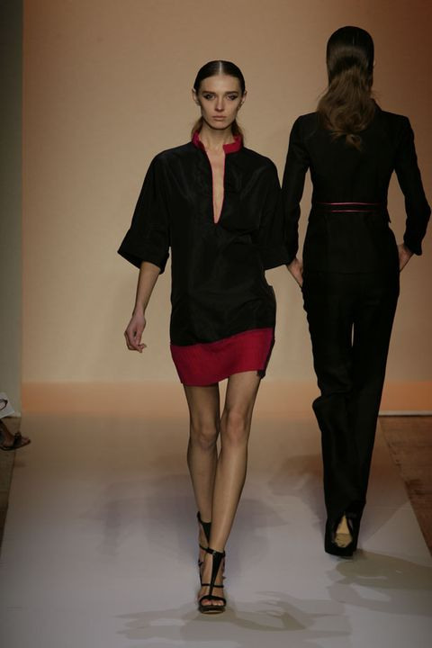 Sleeve, Human leg, Shoulder, Joint, Waist, Standing, Style, Collar, Fashion show, Knee,