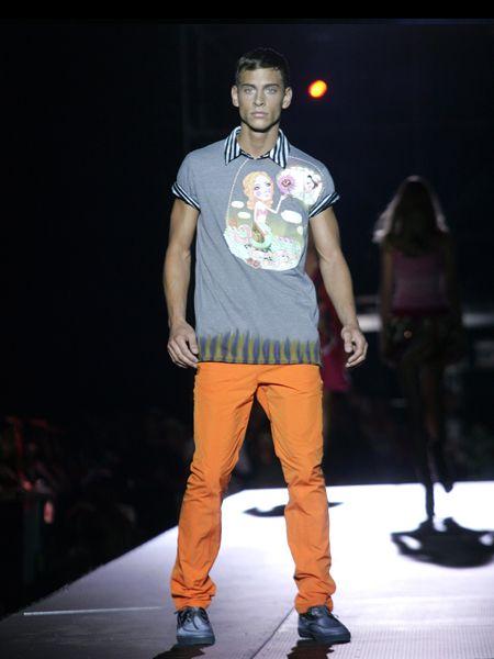 Footwear, Leg, Shoe, Trousers, Shoulder, Shirt, Standing, Joint, Outerwear, T-shirt,