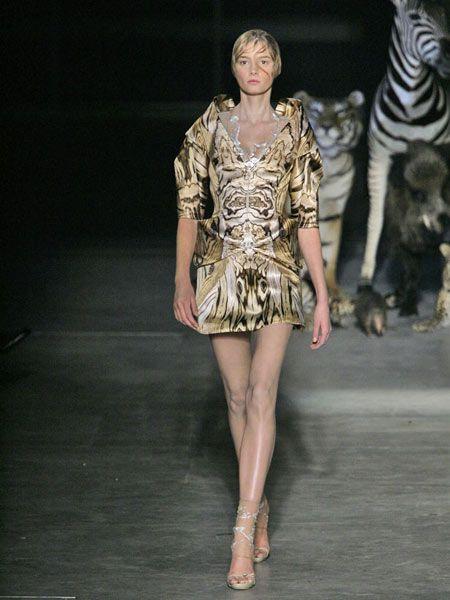 Fashion show, Shoulder, Human leg, Runway, Dress, Joint, Style, Waist, Fashion model, Fashion,