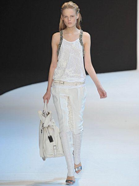Shoulder, Joint, Style, Fashion, Waist, Fashion show, Bag, Jewellery, Fashion model, Beige,
