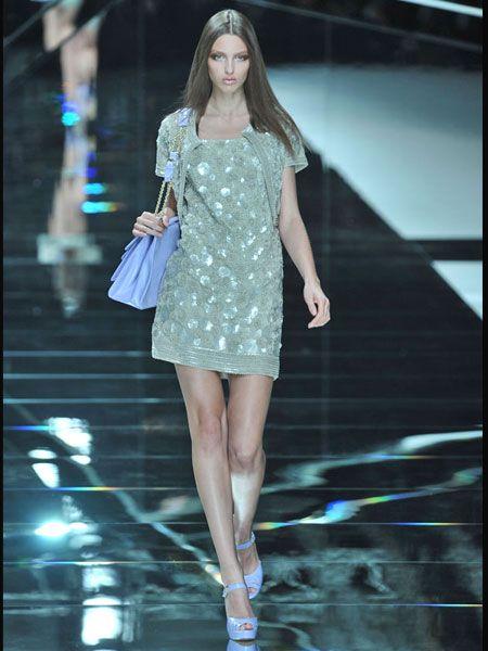 Fashion show, Shoulder, Human leg, Dress, Joint, Fashion model, One-piece garment, Style, Waist, Street fashion,
