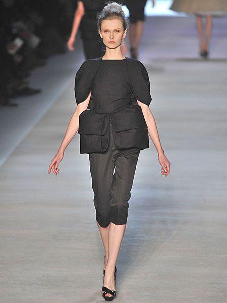 Sleeve, Fashion show, Shoulder, Human leg, Joint, Waist, Fashion model, Style, Runway, Fashion,