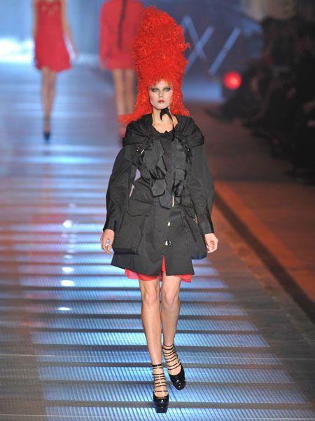 Human leg, Joint, Outerwear, Red, Style, Dress, Street fashion, Knee, Fashion model, Wig,