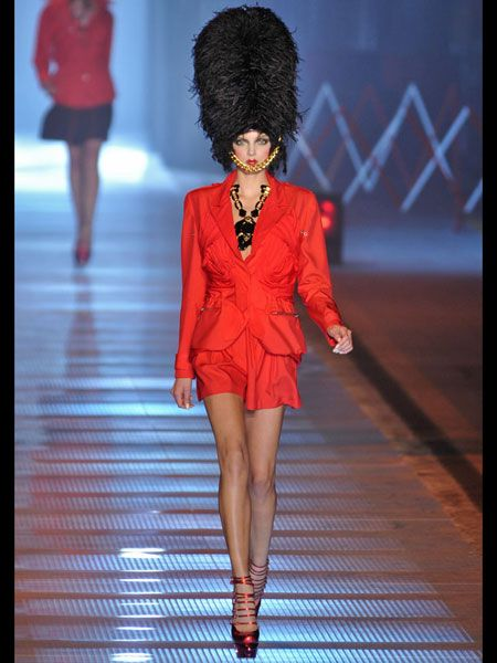 Leg, Hairstyle, Human body, Human leg, Shoulder, Fashion show, Joint, Outerwear, Red, Style,