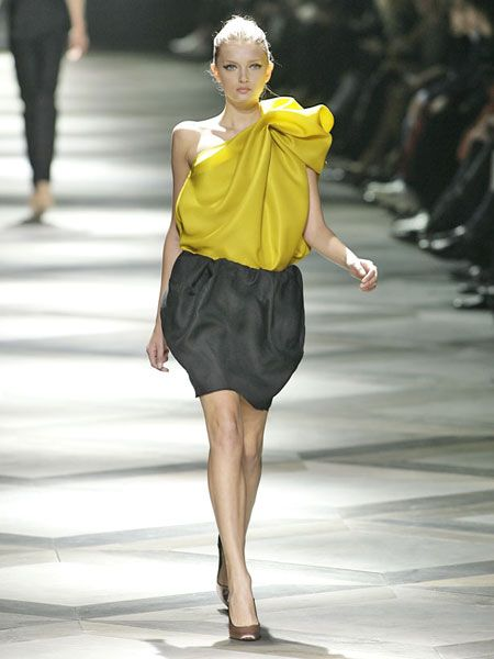 Leg, Human leg, Human body, Shoulder, Fashion show, Joint, Runway, Waist, Style, Fashion model,