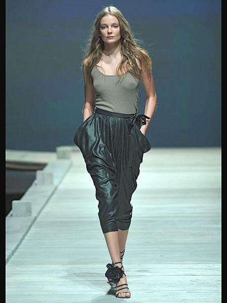 Fashion show, Shoulder, Human leg, Joint, Runway, Waist, Style, Fashion model, Knee, Fashion,