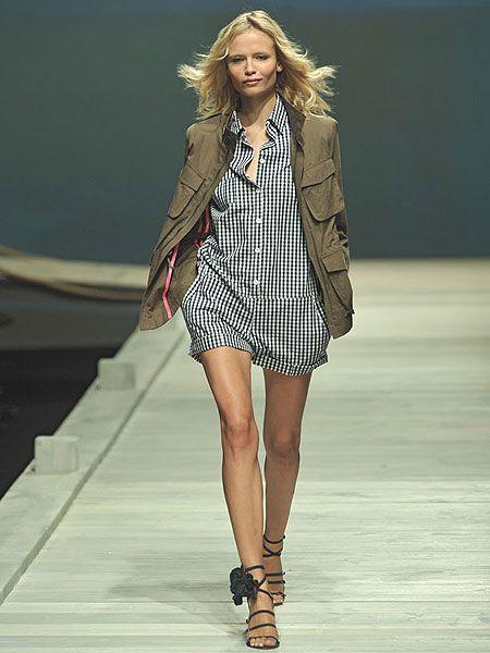 Clothing, Human, Fashion show, Hairstyle, Shoulder, Human leg, Runway, Joint, Outerwear, Fashion model,