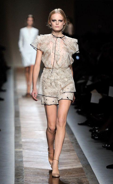 Fashion show, Human leg, Shoulder, Runway, Fashion model, Joint, Style, Knee, Street fashion, Beauty,
