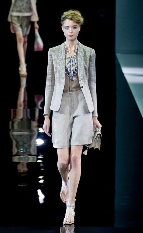 Fashion show, Human body, Shoulder, Runway, Joint, Outerwear, Fashion model, Style, Knee, Blazer,