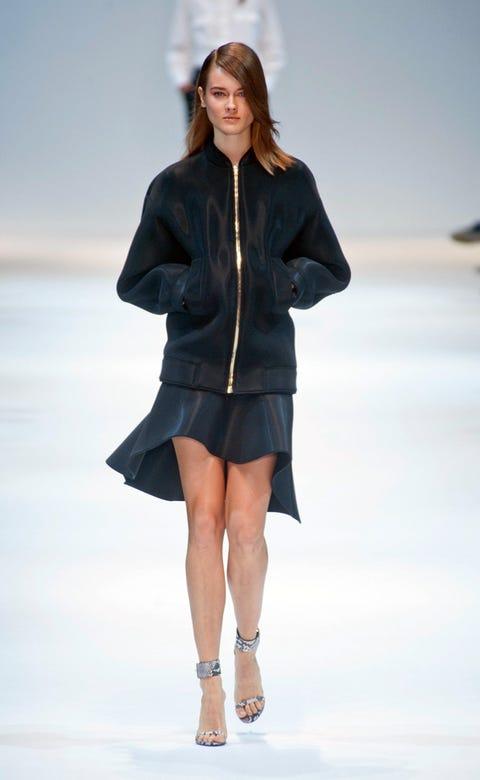 Sleeve, Human leg, Shoulder, Joint, Outerwear, Collar, Fashion model, Style, Knee, Street fashion,