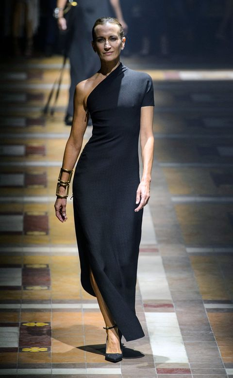 Dress, Human body, Shoulder, Jewellery, Joint, Human leg, Fashion show, One-piece garment, Style, Formal wear,