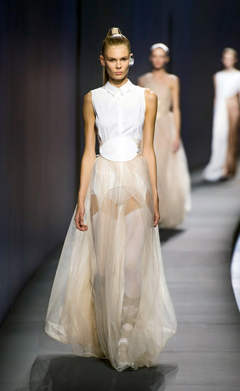 Hairstyle, Shoulder, Fashion show, Textile, Dress, White, Gown, Formal wear, Runway, Style,