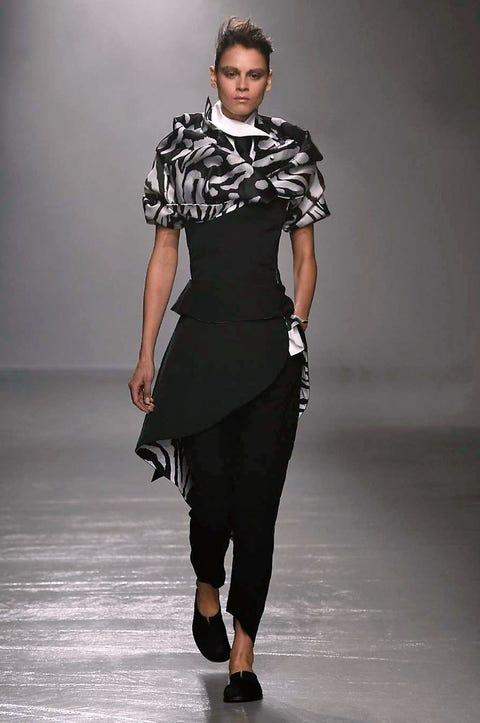 Sleeve, Human body, Shoulder, Human leg, Joint, Waist, Style, Fashion model, Knee, Street fashion,